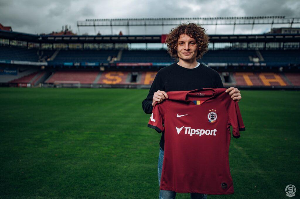 Filip Souček pózuje s rudým dresem